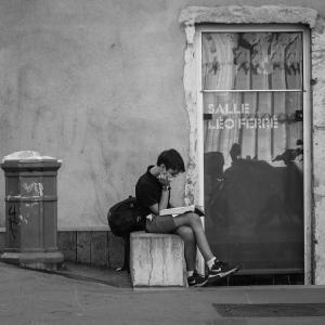 Enfant qui lit dans la rue