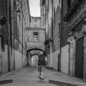 Homme qui marche dans la rue
